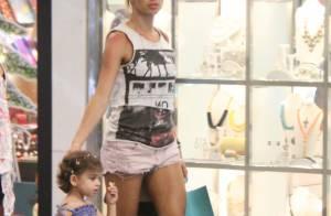 Grazi Massafera, de volta ao Rio, passeia com sua filha, Sofia, em shopping