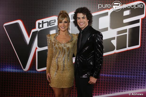 Claudia Leitte e Sam Alves no The Voice Brasil; cantora recebeu homenagem de Sam pelo Facebook: 'É amiga, acreditou em mim'