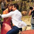 Grazi Massafera e Henri Castelli interpretam o casal protagonista de 'Flor do Caribe', em foto de bastidores de gravação divulgada pela TV Globo nesta sexta-feira, 4 de janeiro