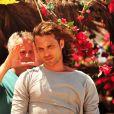 Igor Rickli recebe orientações de cena de Jayme Monjardim em gravação de 'Flor do Caribe'
