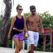 Juliana Didone exibe barriga de fora durante caminhada com o namorado, no Rio