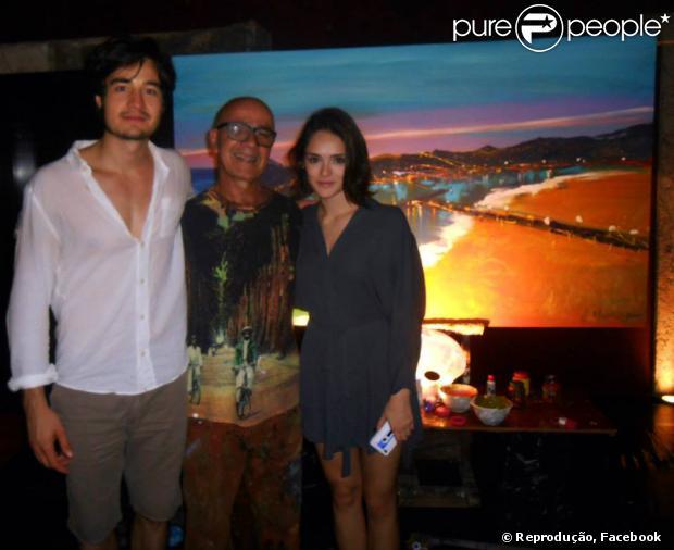 Isabelle Drummond e o cantor Tiago Iorc foram juntos a um jantar com o artista plástico Vilmar Madruga
