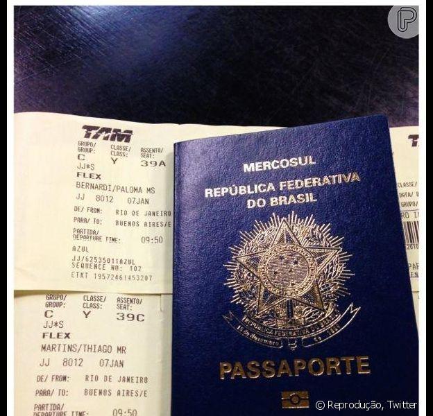 Paloma Bernardi mostra passagens da viagem surpresa que ganhou do namorado, Thiago Martins. Os dois vão para Buenos Aires, Argentina, em 7 de janeiro de 2013