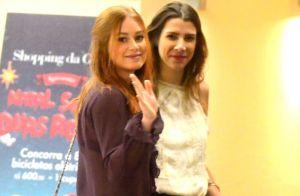 Marina Ruy Barbosa acena para fotos após assistir peça de teatro com amiga no RJ