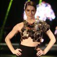 Leticia Spiller usa look sensual com barriga à mostra em desfile, nesta quinta-feira, 8 de dezembro de 2016