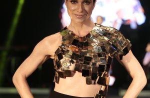 Leticia Spiller usa look sensual com barriga à mostra em desfile. Fotos!