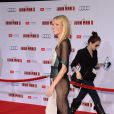 Gwyneth Paltrow usou vestido com transparência lateral na première de 'Homem de Ferro 3' e precisou abrir mão da calcinha
