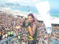 Ludmilla agita público da Parada Gay, no Rio. Lexa chega ao show de helicóptero