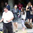 Sophia desembarca no aeroporto do Rio carregando a sua malinha Louis Vuitton ao lado da mãe e exibe um terninho claro no mesmo tom da calça e tênis rosa para dar uma cor ao visual