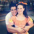 A caçula de Claudia e Edson ganha um abraço do irmão já em clima de festa junina