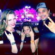 Olha a aniversariante em clima rock'n roll com o pai e a namorada dele, a atriz Karin Roepke, no Rock in Rio