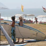 Mariana Ximenes aprende stand up paddle em praia da Barra da Tijuca, no Rio