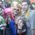 Aslan Cabral (de peruca) e o namorado, Arthur, se divertem com amigos