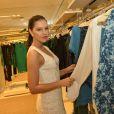 Mariana Rios marca presença em evento de moda. A atriz sempre investe em produções elegantes