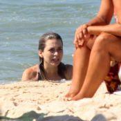 Cláudia Abreu aproveita dia de sol com a família em praia carioca