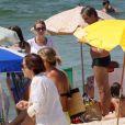 Cláudia Abreu curte praia com a família na praia do Leblon, no Rio