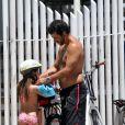 Marcos Palmeira coloca o capacete na filha, Júlia