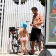 Marcos Palmeira curte praia com a filha, Júlia, e depois pedala na orla da praia de Ipanema, no Rio, em 29 de janeiro de 2014