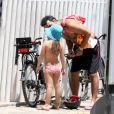 Marcos Palmeira dá um beijinho em sua filha, Júlia