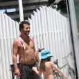 Marcos Palmeira curte praia com a filha, Júlia