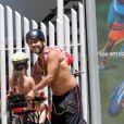 Marcos Palmeira coloca a filha, Júlia, na garupa da bicicleta