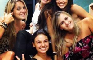 Isis Valverde aproveita férias com amigas, após fim de 'Amores Roubados'
