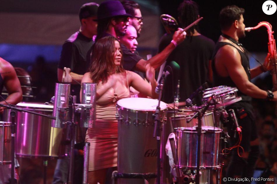 Anitta invadiu o palco durante a apresentação do Harmonia do