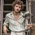 Chay Suede vive Martinho, um ator que se apaixona por Anna Millan (Isabelle Drummond), na novela 'Novo Mundo'