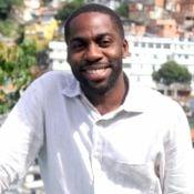 Lázaro Ramos ensina a evitar marca de suor na camisa: 'Absorvente para pepeca'