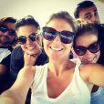 Em foto postada no Instagram, Isis Valverde aparece rodeada de amigos durante férias em Belo Horizonte