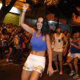 Carla Prata foi ao ensaio de rua da Vila Isabel