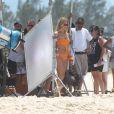 Fiorella Mattheis grava comercial com sambista Diogo Nogueira na praia da Reserva no Rio de Janeiro