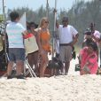 Fiorella Mattheis se diverte em gravação com sambista Diogo Nogueira na praia da Reserva no Rio de Janeiro