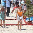 Fiorella Mattheis aparece de maiô em gravação feita na praia da Reserva, na Zona Oeste do Rio de Janeiro