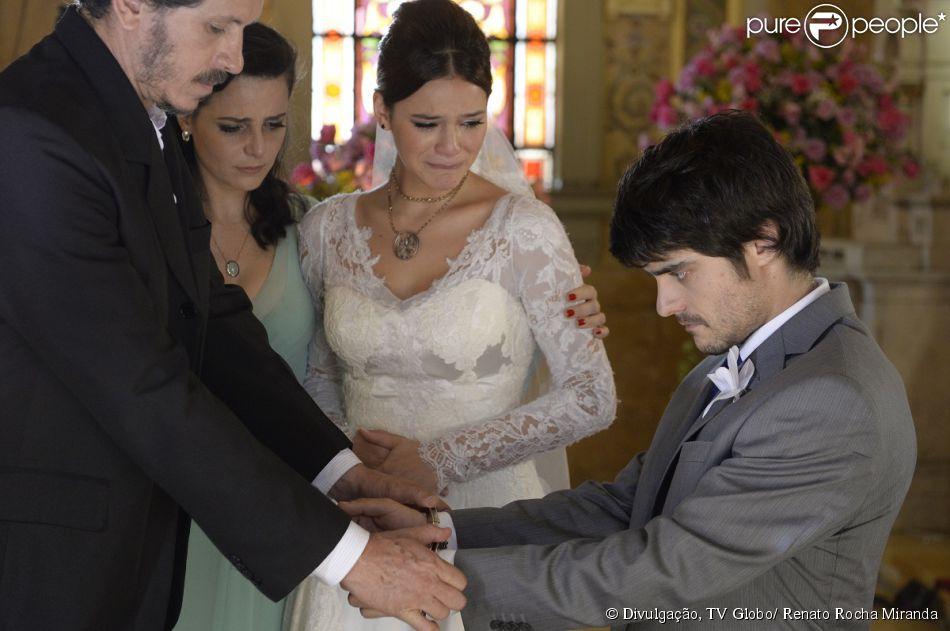 Helena (Bruna Marquezine) se desespera quando Laerte (Guilherme Leicam) é preso na igreja, durante seu casamento, em cena da novela 'Em Família', em 10 de fevereiro de 2014