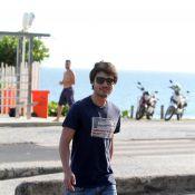 Guilherme Leicam, o Laerte de 'Em Família', caminha na praia da Barra, no Rio