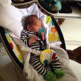 Zion , filho de Micael Borges e Heloisy Oliveira, relaxa em uma cadeirinha de bebê