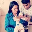 Micael Borges e Heloisy Oliveira posam copm o filho, Zion, pela primeira vez