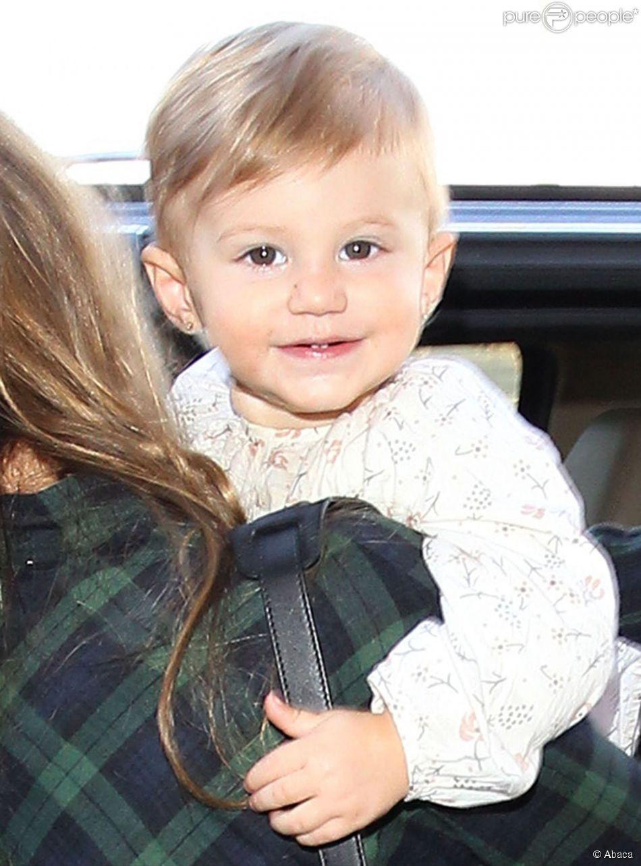 Vivian Lake, filha de Gisele Bündchen de 1 ano e dois meses, esbanja simpatia ao embarcar em aeroporto de LA, nesta segunda-feira, 10 de fevereiro de 2014