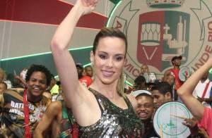 Ana Furtado samba à frente da bateria da Grande Rio na quadra da escola