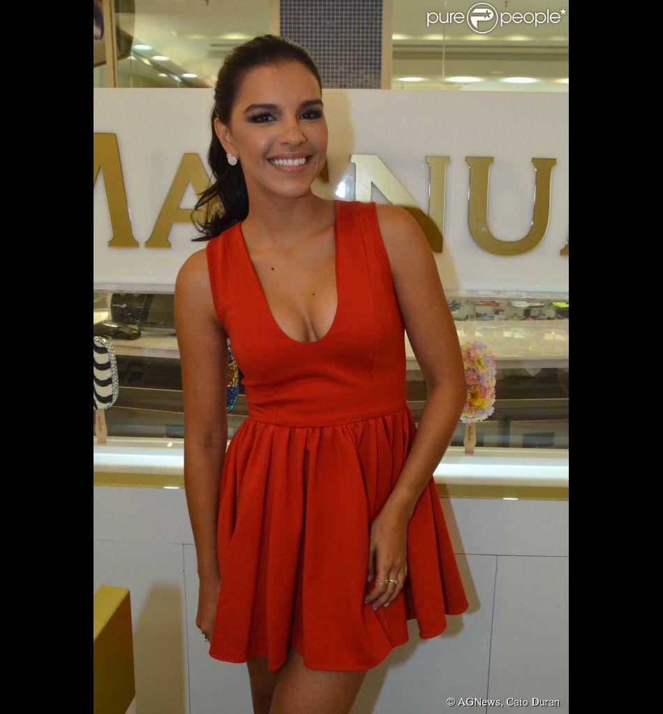 Mariana Rios sorridente na inauguração da loja Magnum, no shopping Iguatemi, em São Paulo, nesta quinta-feira, 20 de fevereiro de 2014