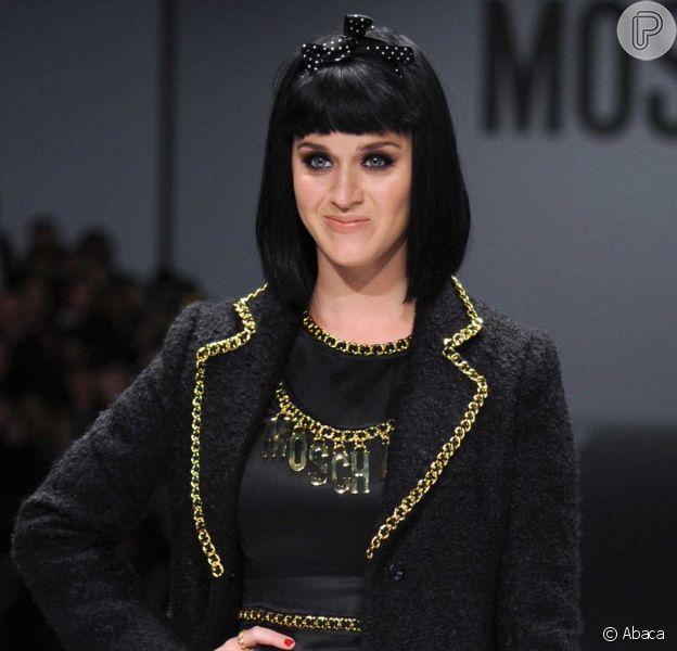 Katy Perry desfila pela grife Moschino durante a Semana de Moda de Milão, na Itália, em 20 de fevereiro de 2014