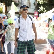 De peruca loira, Eduardo Moscovis acompanha Cynthia Howlett em desfile de bloco
