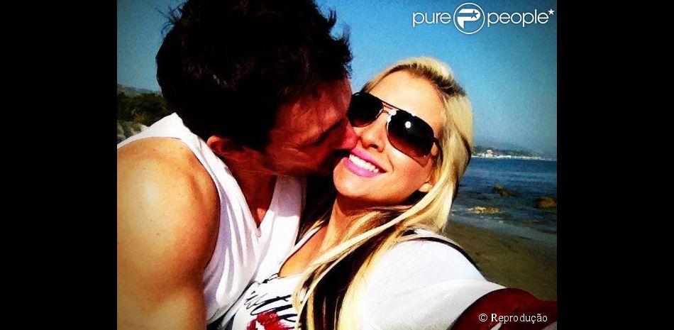 Marido de Clara Aguilar, Fabian, não pretende ter um relacionamento a três com Clara e Vanessa. 'Não é uma fantasia minha', afirma ao Purepeople