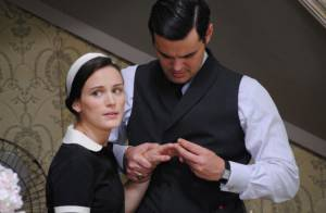 'Joia Rara': Manfred dá anel a Amélia (Bianca Bin) e Franz fica furioso