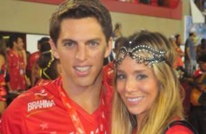 Namorado de Danielle Winits passa mal e casal deixa camarote após 2° desfile