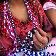 Bruna Marquezine curte a folia de Salvador, na Bahia, entre amigas, e mostra as guias que ganhou