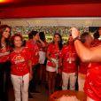 Dona Sônia, mãe de Ronaldo, tieta Bruna Marquezine no camarote da Brahma, no primeiro dos de desfiles no Rio de Janeiro, no domingo de Carnaval (2). O ex-jogador registrou o momento!