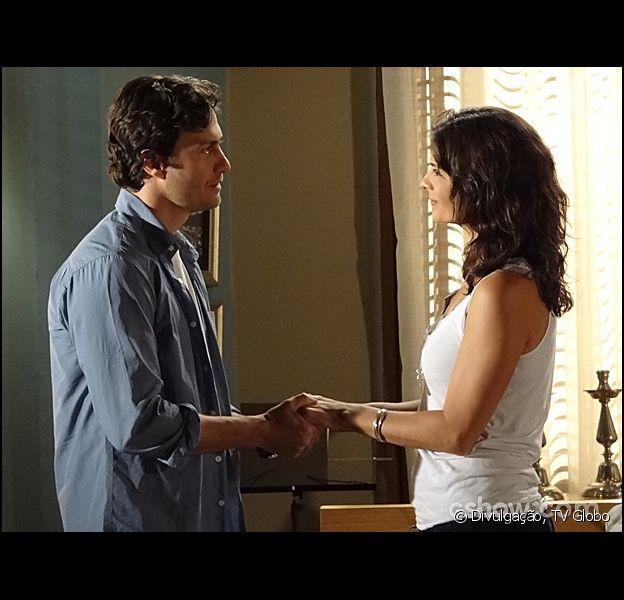 Verônica (Helena Ranaldi) pensa em ir embora para a Europa e Laerte (Gabriel Braga Nunes) pede para que ela não o deixa, em 6 de março de 2014, na novela 'Em Família'