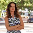 Juliana (Vanessa Gerbelli) vê uma garotinha parecida com Bia (Bruna Faria) no carnaval, a pega no colo e sai andando, mas a mãe da criança vai atrás e consegue detê-la, na novela 'Em Família'